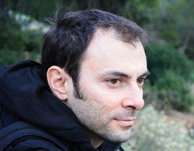 Ο Στέλιος Πολυχρονάκης (επιστημονικός συνεργάτης στο Τμήμα Γραφιστικής του ΤΕΙ Αθήνας) είναι ο συντονιστής της ιδέας Ποίηση σε Κίνηση.
